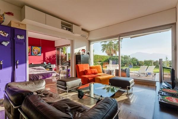 la r serve appartement de prestige de type loft avec jardin et vue mer l 39 agence de marseille. Black Bedroom Furniture Sets. Home Design Ideas